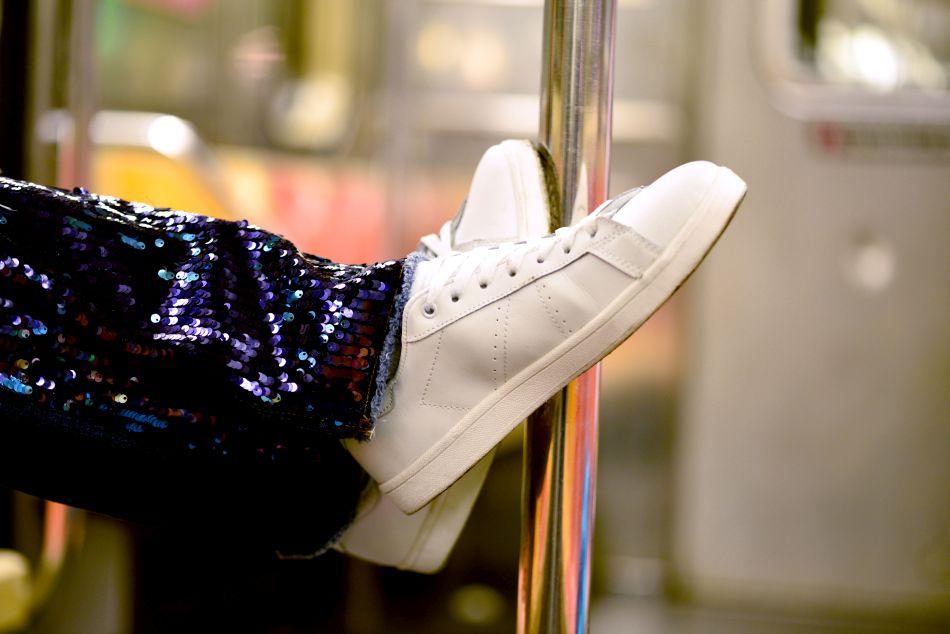 białe sportowe buty z czym łączyć