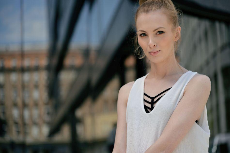 ozdobny stanik i biała klasyczna bluzka